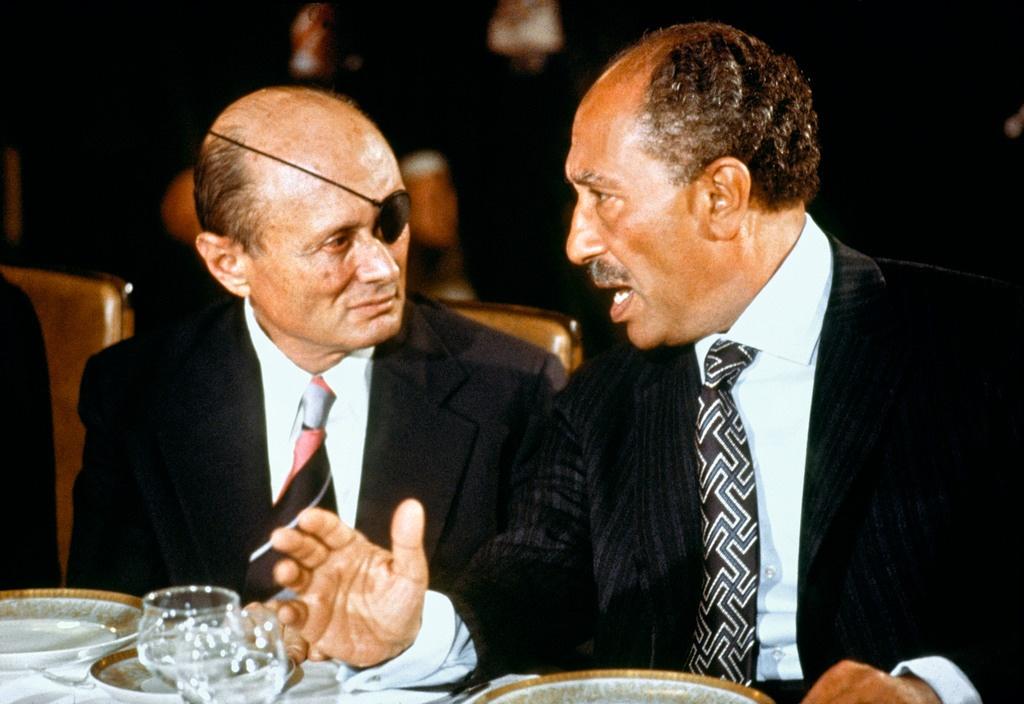 En 1977, le président égyptien Anouar el-Sadate devient le premier dirigeant arabe à effectuer une visite officielle en Israël. Il arbore pour l'occasion une cravate au motif représentant le symbole universel de la paix et de l'amour chez les hindous, démontrant son fin flair sartorial ainsi que sa volonté de normaliser les relations entre les deux pays. (Source: Reddit)