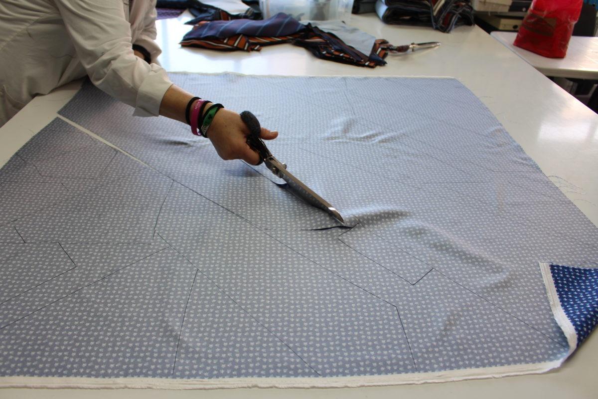 Cette photo illustre parfaitement comment le tissu est utilisé à la découpe. En fonction du placement des différents patrons il est possible d'éviter au maximum les chutes et donc d'augmenter la rentabilité. (Source: Quarantalocatelli)