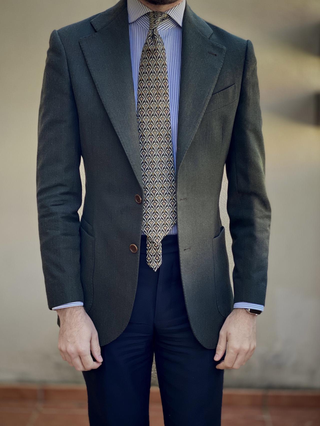 """Une cravate objectivement atroce. Le porteur marque son appartenance à la communauté des iGents en laissant bien dépasser le petit pan. C'est un peu leur """"code foulard"""".  (Source:rincondecaballeros)"""