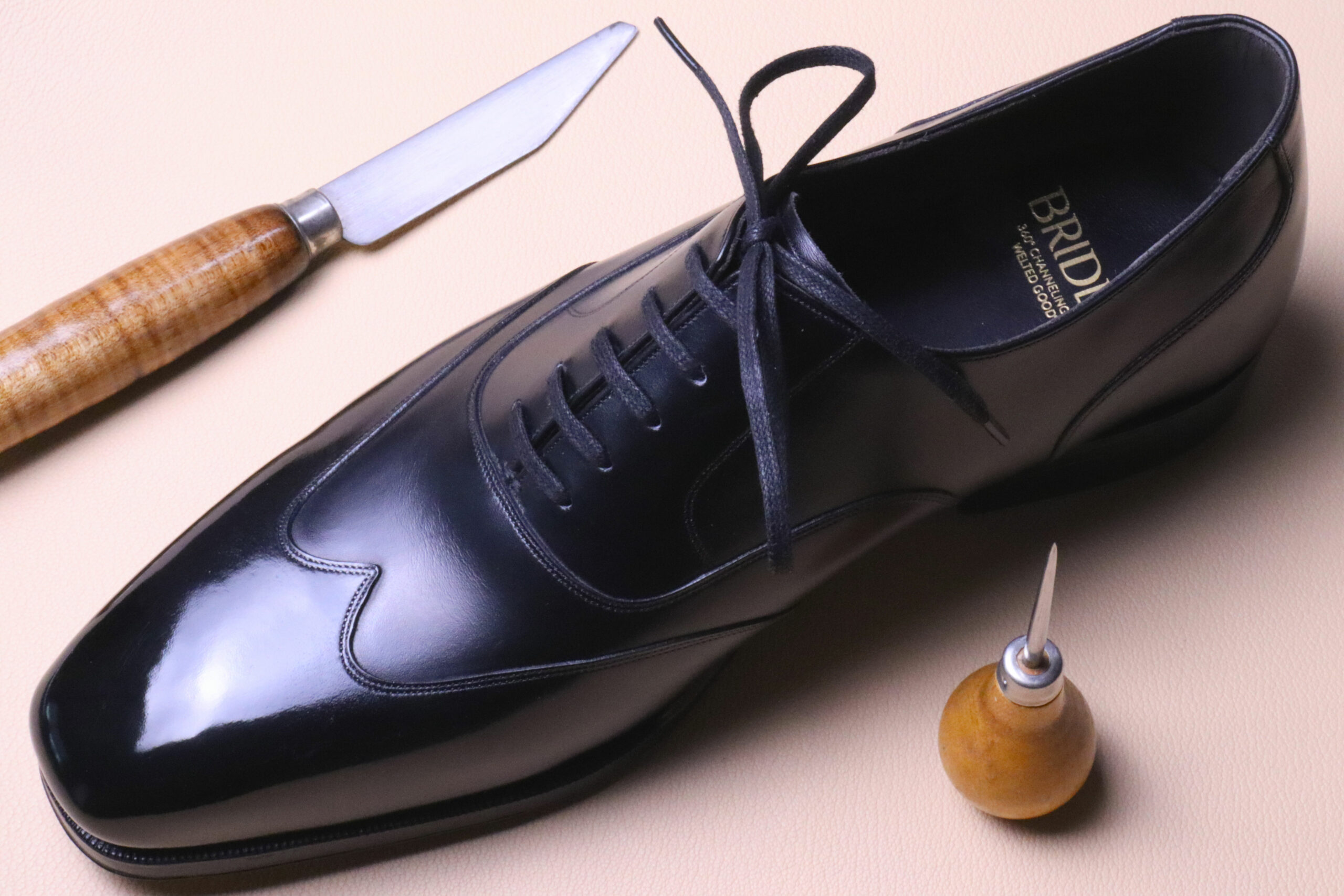 Le cuir de cette paire est propre et comporte très peu de défauts. Les coupeurs ont bien fait leur travail, on voit par exemple une zone qui frisote au niveau du contrefort, un endroit peu visible. (Source: Sartorialisme)
