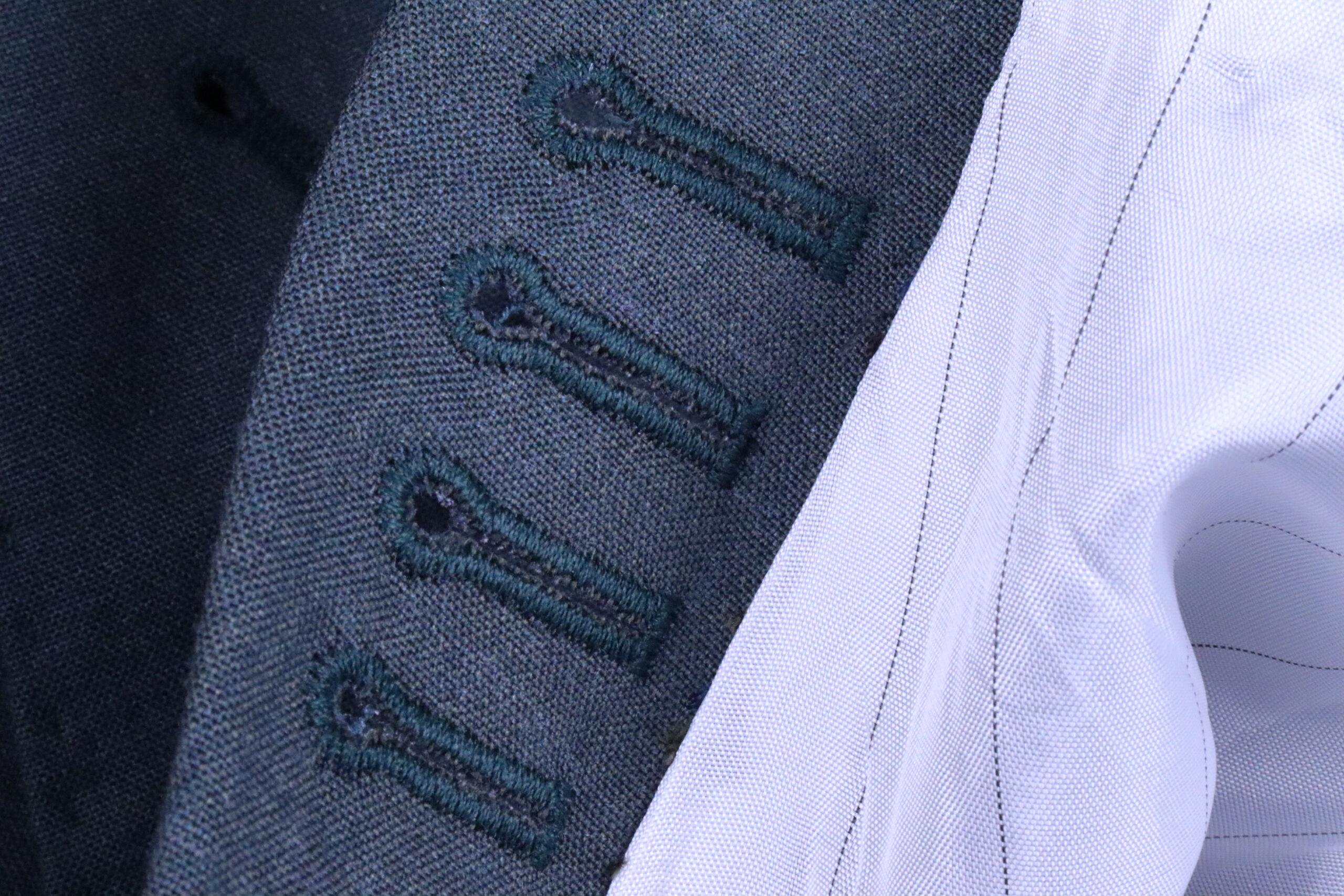 Envers d'une boutonnière machine sur un costume MTO espagnol (source: sartorialisme)