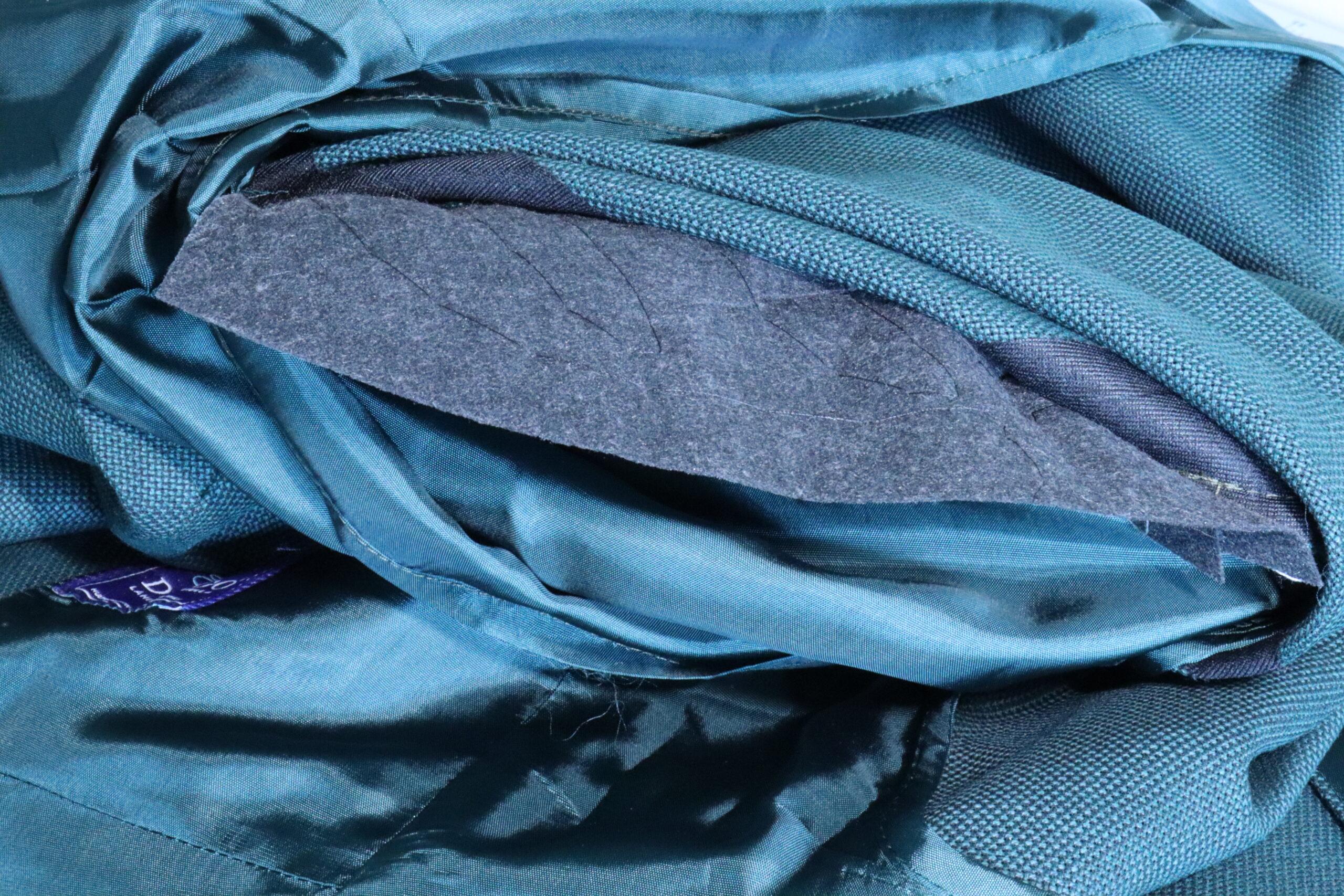 """Le genre d'entoilage industriel en matière synthétique que l'on peut voir chez énormément de """"tailleurs"""" Formens et autres marques de MTO/MTM qui existent de nos jours. Comme le montage Goodyear, l'entoilage n'est rien d'autre qu'une technique dont la qualité varie énormément selon les fabricants/tailleurs. (source: sartorialisme)"""