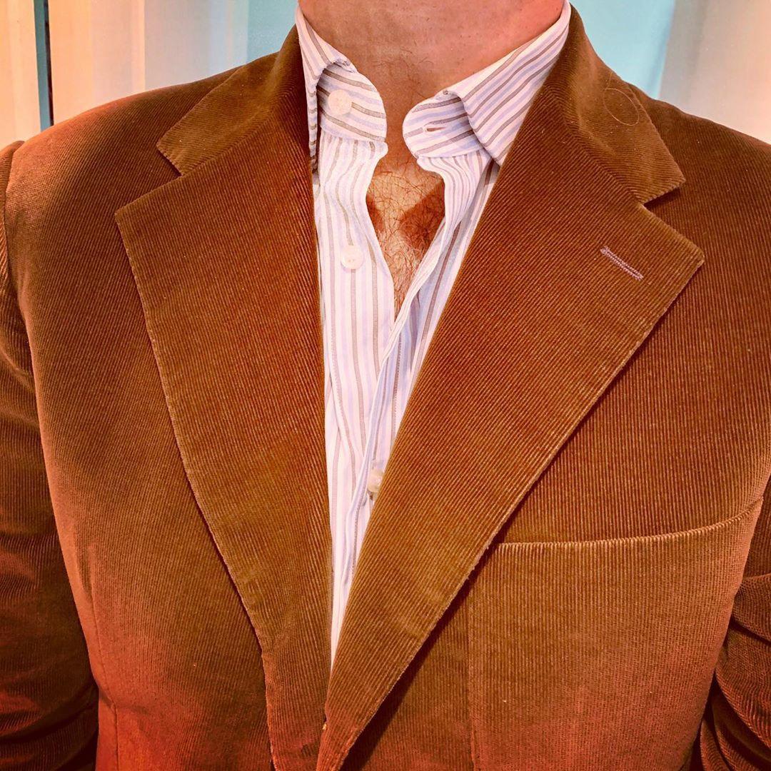 Il est possible de convertir une veste 3 boutons en 3 roll 2, mais le col risque de se relever/plisser comme c'est le cas ici. (source: dirnelli)