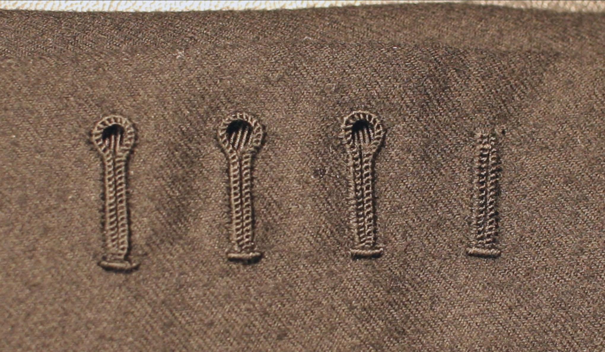 """Boutonnières main sur un bespoke Anglais. Les boutonnières sont difficiles à aligner, c'est un détail à observer avec attention. Autre détail qui n'apparait dans la photo, ces boutonnières avaient été scellées avec une sorte de substance """"grasse"""". Sur les vêtement de grande qualité il est courant de sceller les boutonnières avec de la cire d'abeille après la coupe et avant de les travailler, ce qui permet d'éviter l'effilochage et d'obtenir un bord plus solide. Parfois d'autres matières sont utilisées à la place de la cire, mais le résultat au toucher est similaire. (source: j.diduch)"""