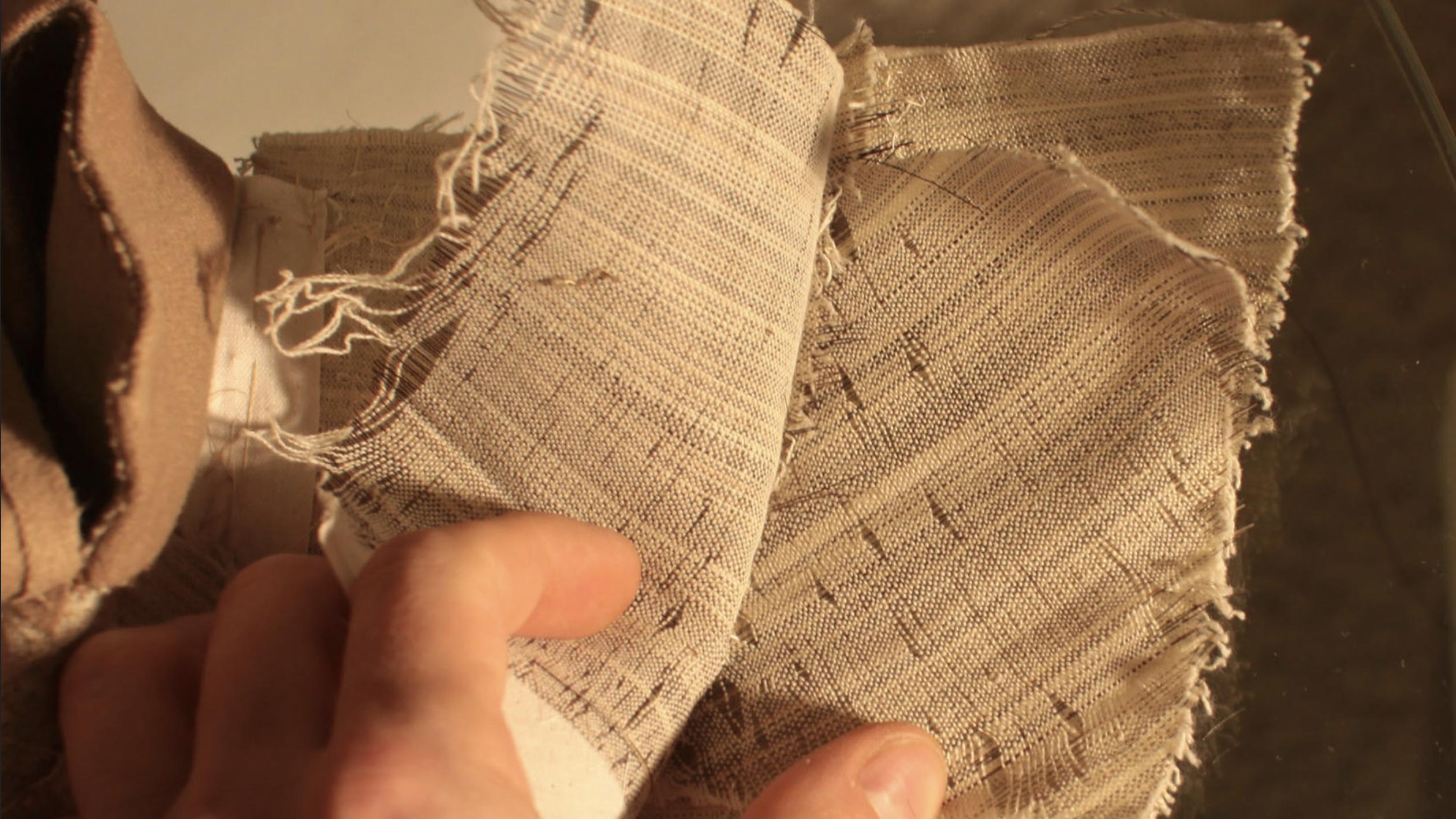 Voici un entoilage de qualité, composé de plusieurs couches de crin. Ici la veste est coupée, mais sur certaines vestes non doublées il est parfois possible de voir une partie de la toile d'entoilage en fouillant un peu. (source: j.diduch)