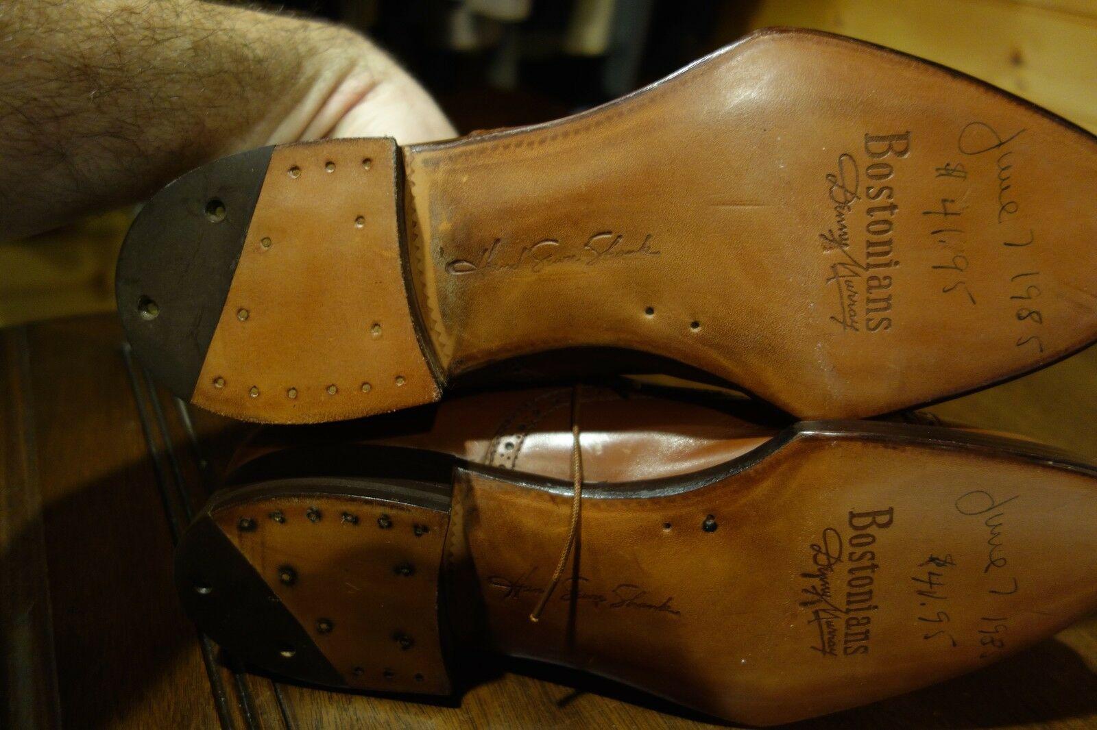 """Une """"spade sole"""" sur une paire de Bostonian avant que la marque ne sombre dans les méandres de la médiocrité. Le niveau de finition pour une chaussure de prêt-à-chausser est excellent et supérieur à bien des marques du haut de gamme actuel. La marque a été rachetée par Clark's en 1979 et n'existe plus aujourd'hui que comme une coquille vide dont le nom est apposé sur des chaussures collées vendues via Amazon. (Source: Ebay)"""