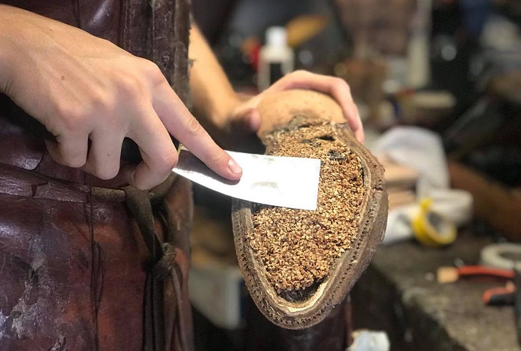 Application d'une couche de pâte de liège pour combler le vide laissé par la hauteur du mur de montage. (Source: baxterandblack)