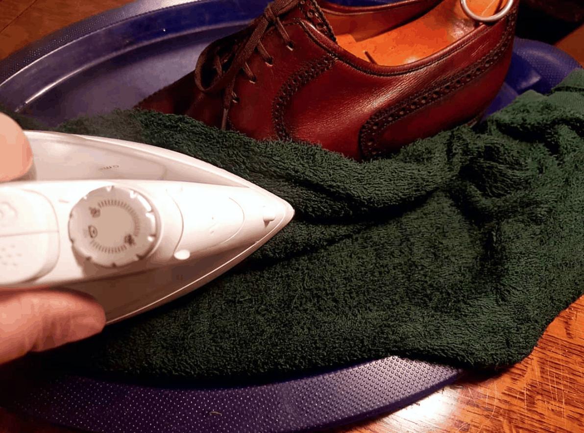 Rétrécissement d'une paire de souliers à l'aide d'un fer à repasser. Âmes sensibles s'abstenir. (Source: leemorison)