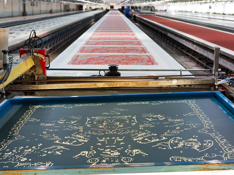 Les tables d'impression chez Hermès, avec au premier plan un cadre. Cette photo illustre bien la place considérable dont il est nécessaire de disposer pour faire de l'impression par cadre plat à un niveau industriel. (Source: Hermès)