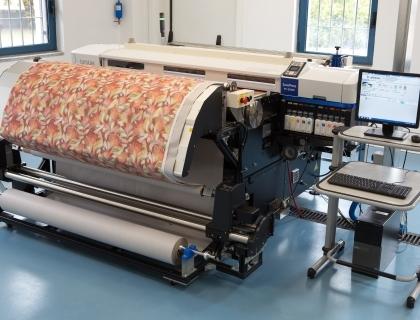 Une imprimante textile. Vous pouvez voir le gain de place et de temps que cette technique permet d'effectuer. (Source: Economyup)